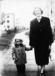 1953, Warszawa-Mokotów. Mama ze mną.