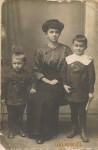 1915 - Czesio (3), Tadzio (6) z mamą (27)